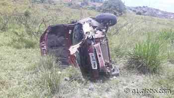 Carro bate em poste, capota e deixa feridos em Porto Calvo, AL - G1
