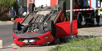 Unfall mit Straßenbahn in Coswig: Auto überschlägt sich - Fünf Personen verletzt - Mitteldeutsche Zeitung