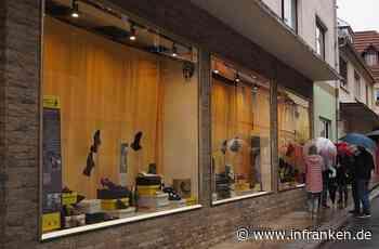 In Burgkunstadt stehen Schuhe in den Schaufenstern – jedoch nicht zum Verkauf - inFranken.de