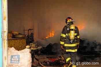Incêndio destrói fábrica de bordados e barracão de recicláveis em Ibitinga - G1