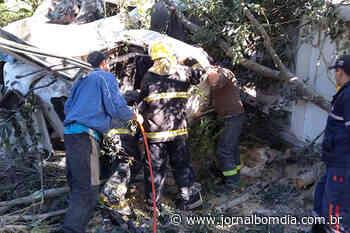 Caminhão de Erechim tomba em Candelária e motorista fica seis horas preso às ferragens - jornalbomdia.com.br