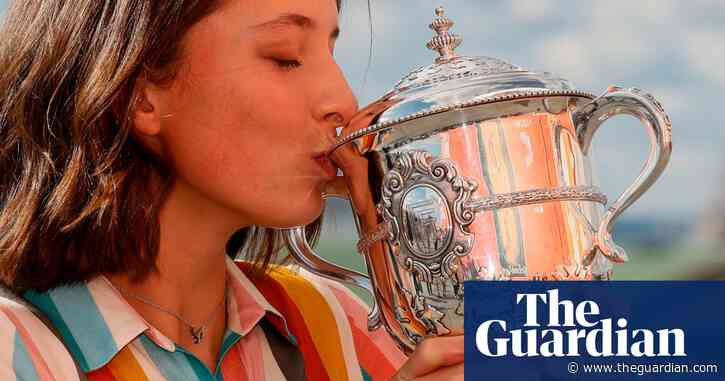 'Everybody went crazy in Poland': Swiatek celebrates French Open win –video