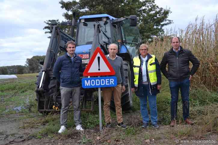 """Politie waarschuwt bestuurders voor modderige wegen, maar vraagt net als landbouwers begrip: """"Wees voorzichtig en pas je rijstijl aan"""""""
