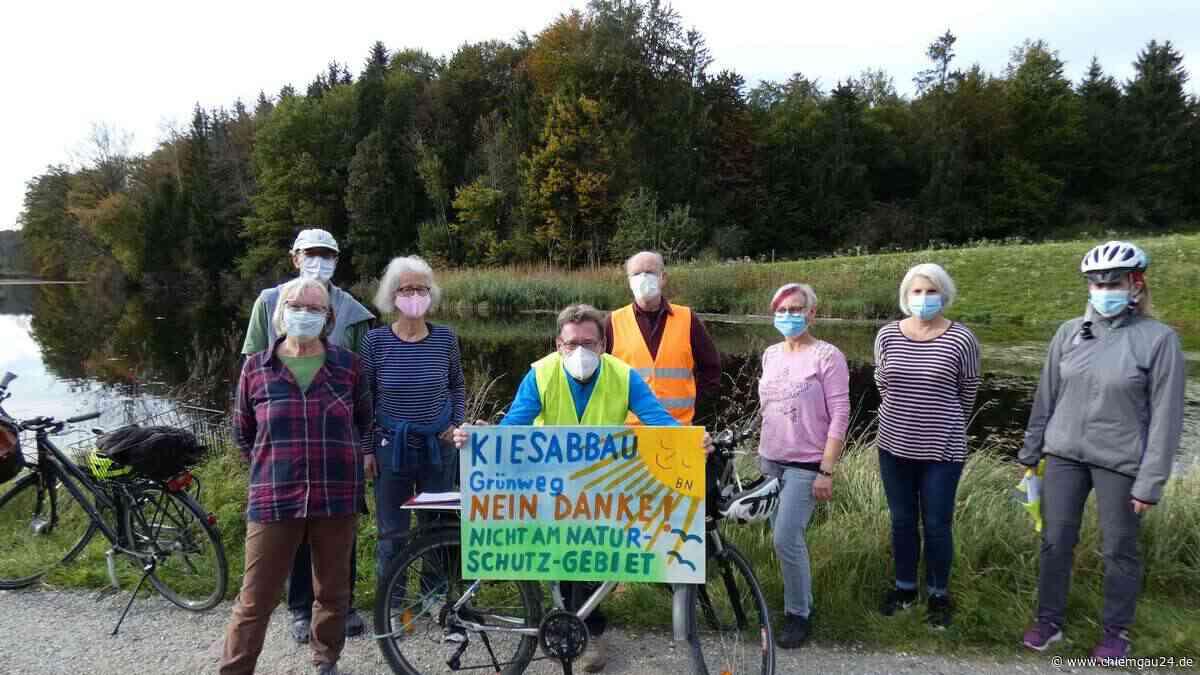 """Seeon-Seebruck: Rund 60 Teilnehmer bei Radl-Demo gegen Kiesabbau am Bansee - """"Gegen Kies-Tourismus"""" - chiemgau24.de"""