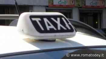 In tre rapinano tassista e le danneggiano l'auto con un sasso, ferita 30enne