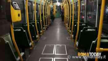 Piazza della Marina, si rifiuta di indossare la mascherina sul tram: il conducente ferma il mezzo