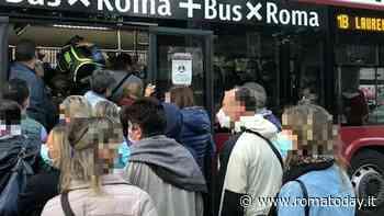 """Assembramenti su metro e bus, l'appello a Raggi: """"Aumenti offerta dei mezzi pubblici"""""""