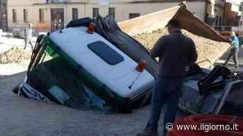 San Giuliano Milanese, il camion d'improvviso sprofonda nel cantiere - IL GIORNO