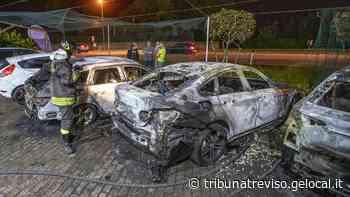Incendio a Castello di Godego, distrutte tre auto - La Tribuna di Treviso