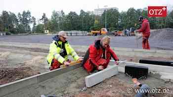 Bauleute haben am künftigen Kunstrasenplatz in Hermsdorf noch einiges zu tun - Ostthüringer Zeitung