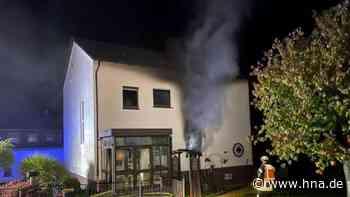 Brand: Feuerwehrleute stürmen in Gebäude - Person schwer verletzt - HNA.de