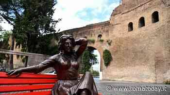 Anna Magnani seduta su una panchina rossa: la statua antiviolenza a Roma
