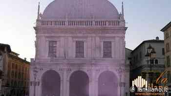 Brescia, Loggia illuminata di rosa per la giornata al tumore al seno - La Milano