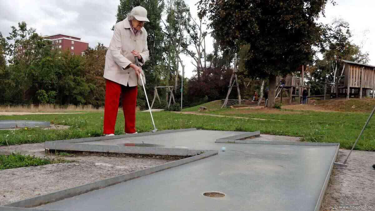 Mit 90 Jahren spielt Erna Haas aus Dietzenbach immer noch regelmäßig Minigolf - op-online.de