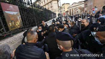 """Raggi contestata da urtisti e ambulanti fuori dalla sinagoga: """"Grazie alla sindaca siamo alla fame"""""""