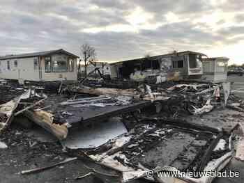 """Onderzoek naar brandstichting nadat vijf stacaravans in vlammen opgaan: """"Er gebeurden hier wel vaker verdachte branden"""""""