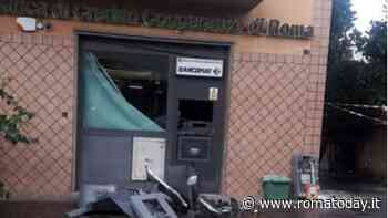 Esplosione a Torre Angela, ladri fanno saltare bancomat dell'istituto di credito