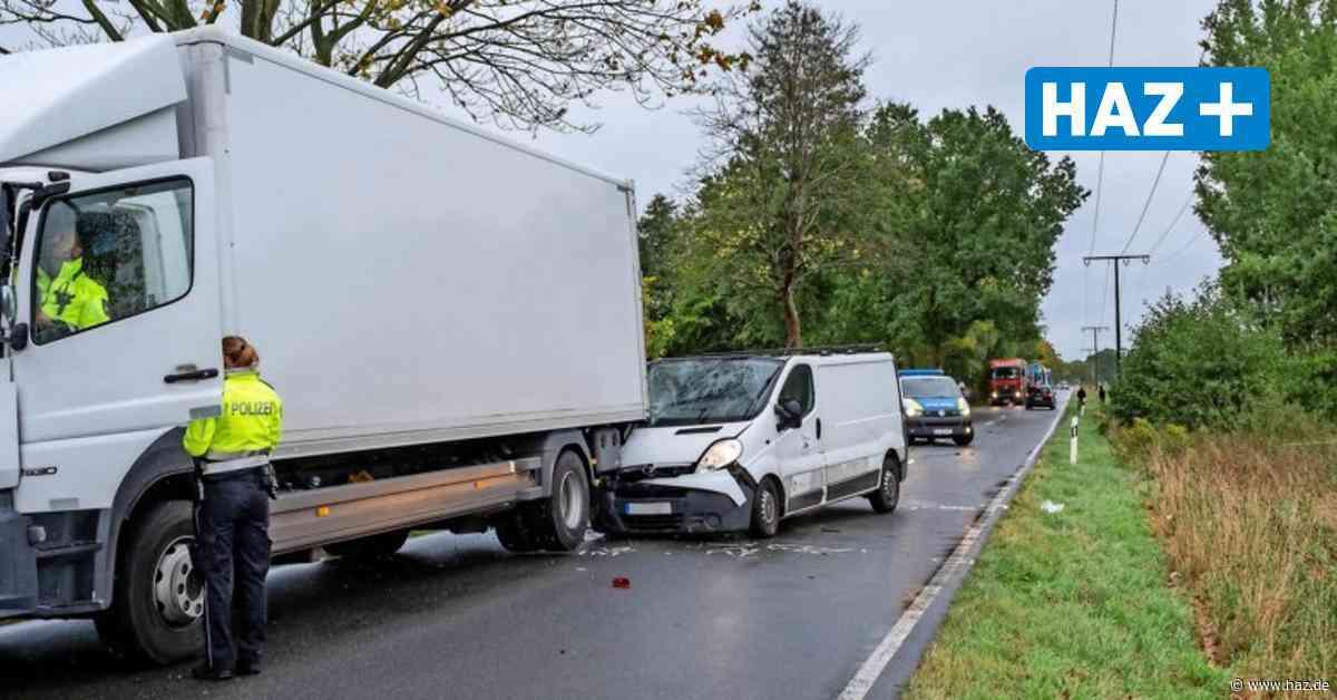 Vier Verletzte nach Unfall bei Uetze: Transporter prallt auf Lkw - Hannoversche Allgemeine