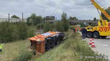 Vuilniswagen met 25 ton oud papier duikt van brughelling in Hoboken - Gazet van Antwerpen