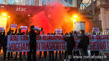 """Flash mob degli studenti contro Atac: """"Basta risparmiare sulla nostra salute"""""""