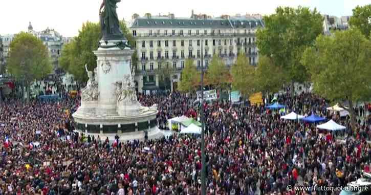 Parigi, migliaia di persone in piazza per ricordare l'insegnante decapitato: le immagini