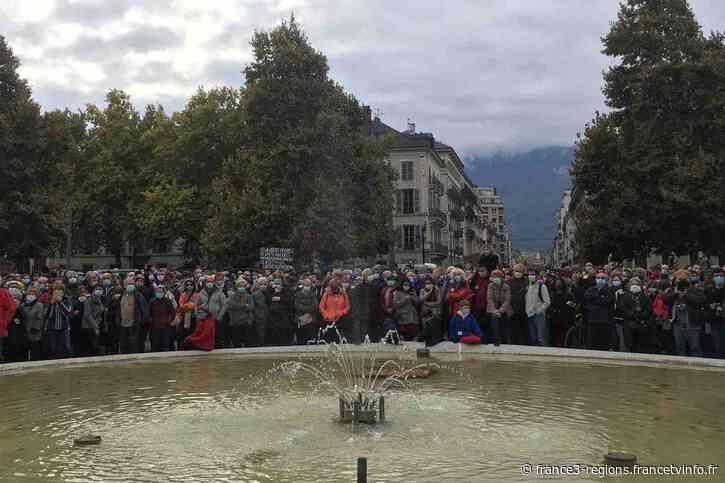 Grenoble : large rassemblement en hommage à Samuel Paty, le professeur décapité à Conflans - France 3 Régions
