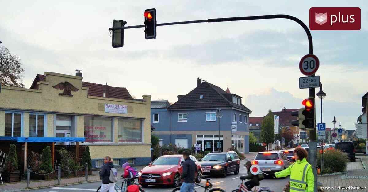 Verkehrshelfer schützen Grundschüler an der B 30 in Meckenbeuren - Schwäbische
