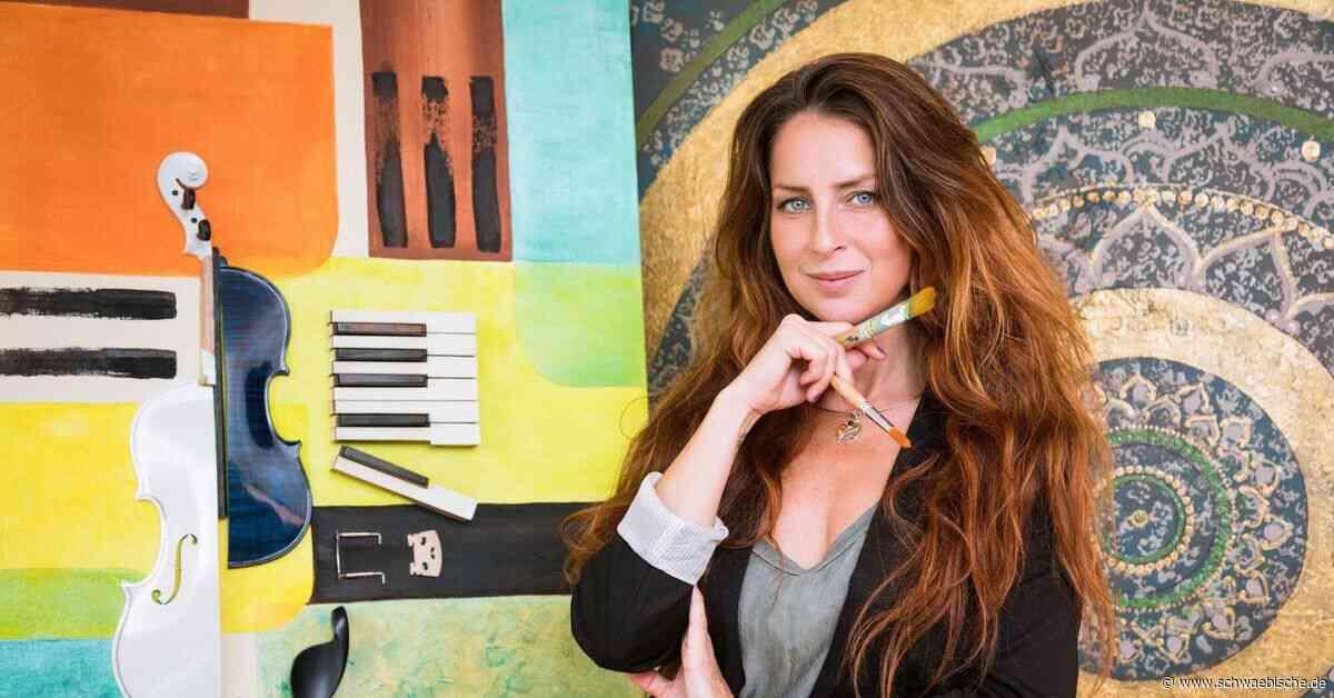 Sängerin Omnitah stellt ihre Gemälde in Meckenbeuren aus - Schwäbische