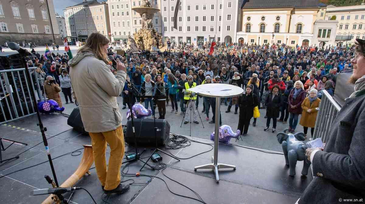 Hunderte Corona-Skeptiker kamen zum Protest in die Salzburger Altstadt - Salzburger Nachrichten