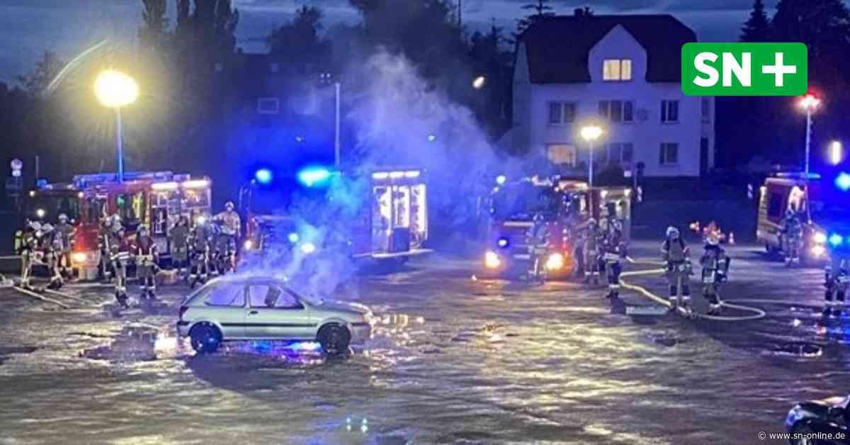 Festplatz Stadthagen: Feuerwehr dreht Imagefilm - Auto in Flammen - Schaumburger Nachrichten