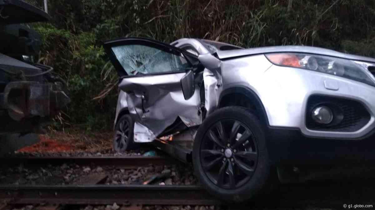 Trem atinge carro e deixa uma pessoa ferida em Quatis - G1