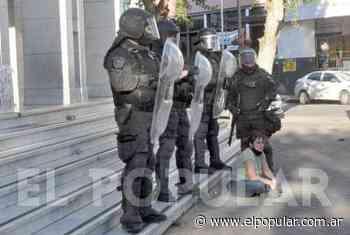 Fotoperiodismo: el doble reclamo y la violencia frente al Palacio San Martín - El Popular Medios