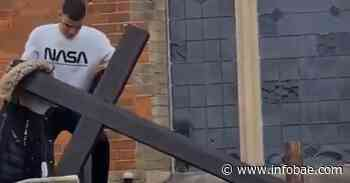 El video de un hombre intentando arrancar la cruz de una iglesia en Londres que indignó al Reino Unido - infobae