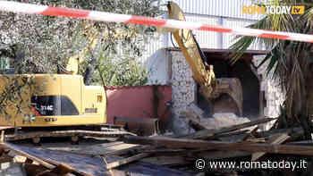 VIDEO | Le ruspe radono al suolo le villette dei Casamonica a Gregna Sant'Andrea