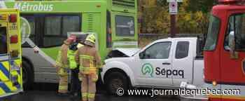 [PHOTOS] Une camionnette de la Sépaq entre en collision avec un autobus du RTC