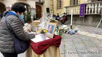 Biella: ai funerali di Mimi, la sua voce sulle note di Hallelujah commuove la piazza - La Repubblica