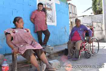 Alcalde de Matehuala entrega sillas de ruedas a abuelitas de colonia Antorchista - Código San Luis