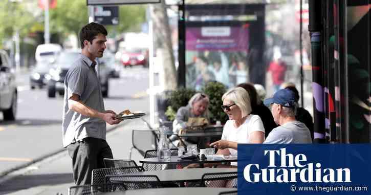 New Zealanders urged to be vigilant on long weekend as Covid app use falls