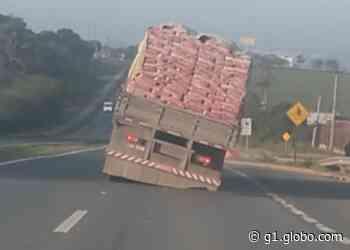 Flagrante mostra caminhão com carroceria torta em rodovia de Salto de Pirapora - G1