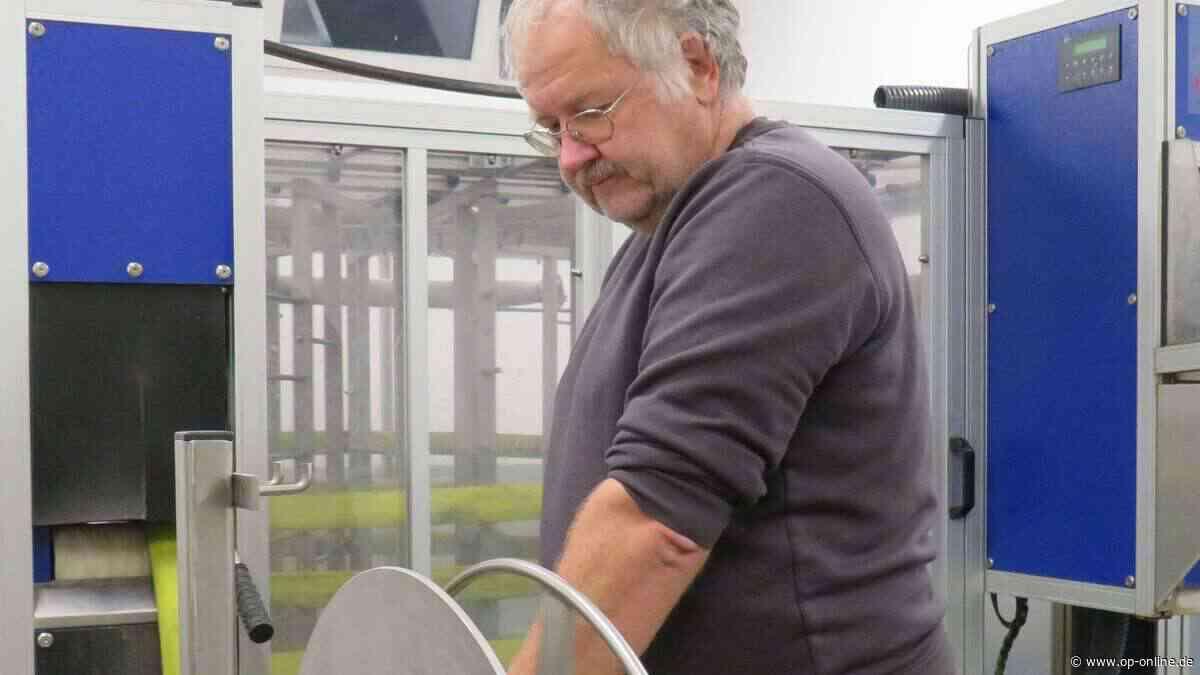 Maintal: Ein Ohr für undichte Feuerwehr-Schläuche: Wir begleiten Gerätewart Jochen See bei der Schlauchwäsche - op-online.de