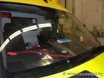 Ziekenwagen wordt onderweg naar patiënt bekogeld met verfspuitbus