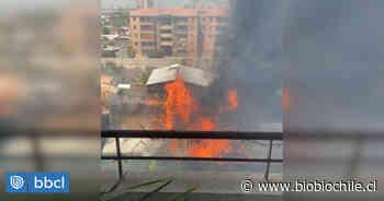 Incendio afecta a vivienda de San Miguel: hay peligro de propagación - BioBioChile