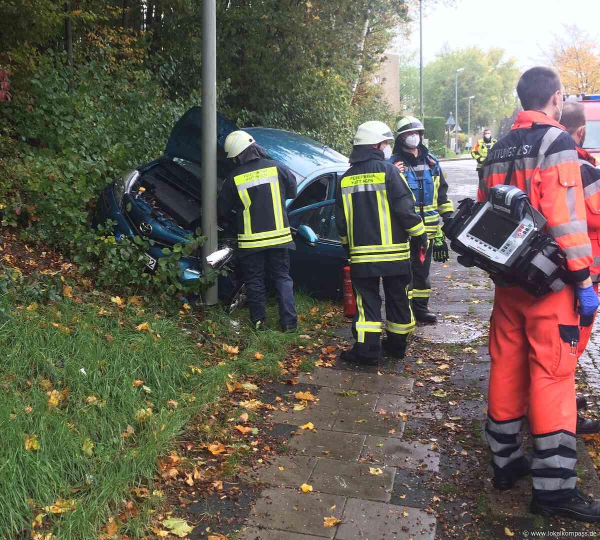 Verkehrsunfall auf der Straße Am Hagen in Hattingen: Auto prallt gegen Laterne - Hattingen - Lokalkompass.de
