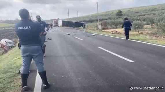 Trapani, tragico scontro fra un pullman e un auto: due morti e dieci feriti - La Stampa