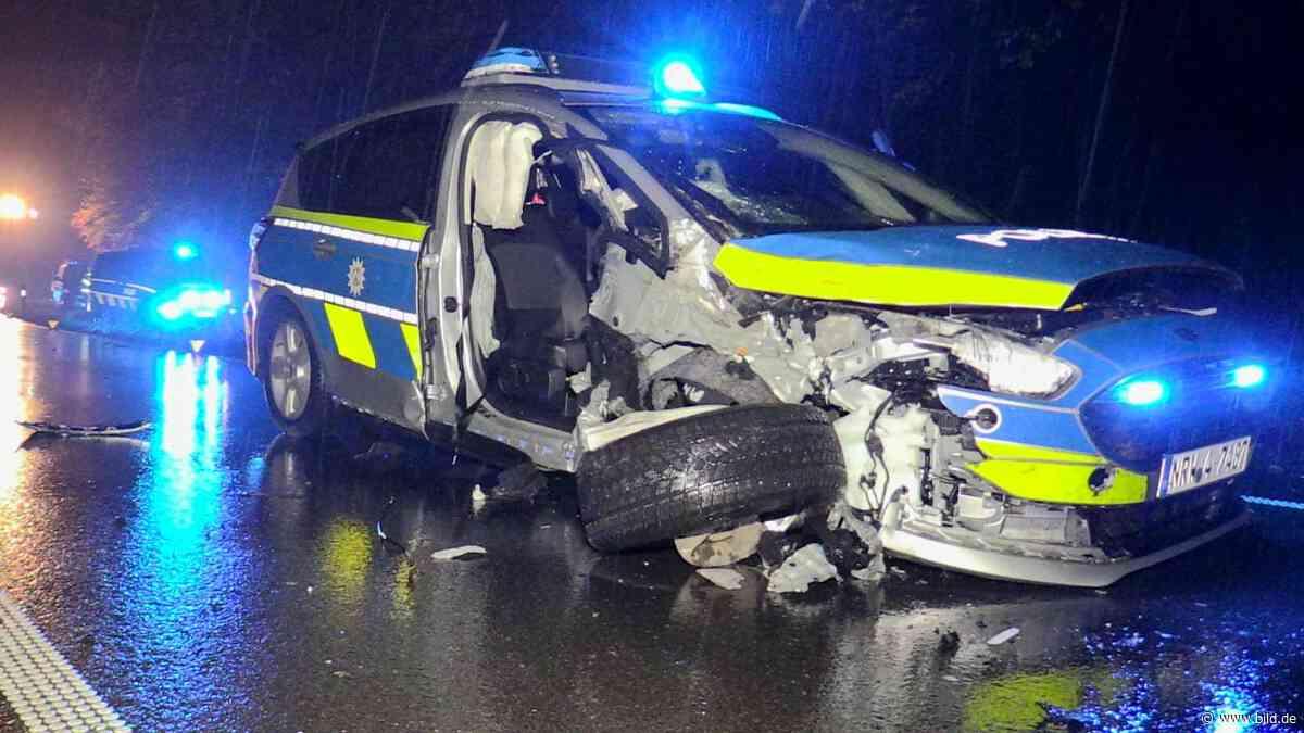 Langenfeld: Streifenwagen-Crash bei Verfolgungsjagd – drei Verletzte - BILD