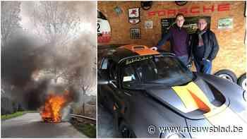 """Fervente oldtimerliefhebbers Ronny (71) en Bas (28) zien geliefde Lotus volledig uitbranden: """"Na enkele jaren bouwen was hij net volledig klaar"""""""