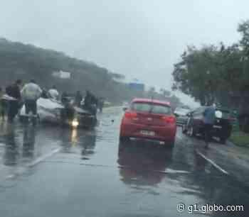 Carro capota na MG-424, em Pedro Leopoldo, na Grande BH, e deixa feridos - G1