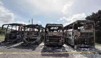 Fuerte incendio deja cuatro buses incinerados en Cocorná - Caracol Radio