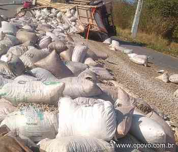 Parte traseira de caminhão com carga de castanhas tomba em Redenção - O POVO