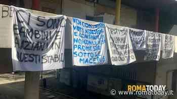 """Laurentino, protestano gli occupanti del V ponte: """"Qui crolla tutto"""""""
